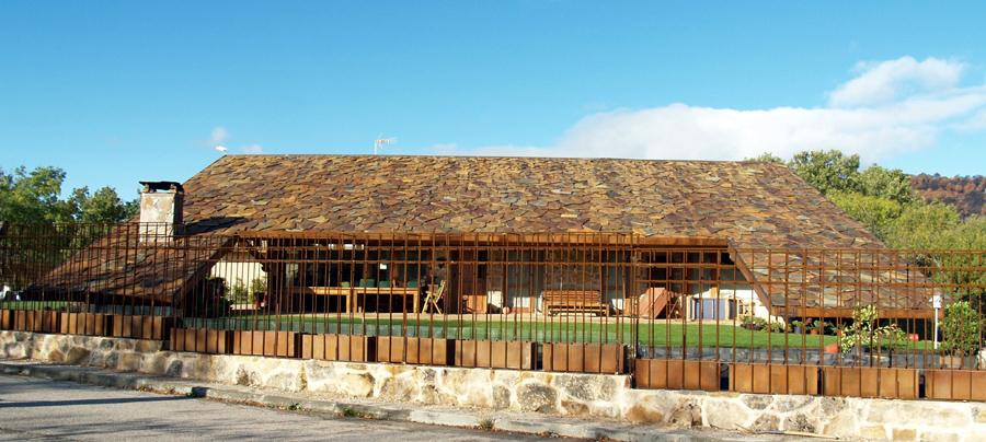 Láminas captadoras de pizarra para cubiertas térmicas en casas de campo
